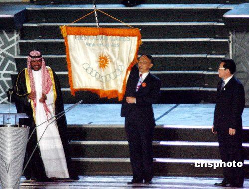 图文:多哈亚运会闭幕式精彩纷呈 刘鹏接受会旗