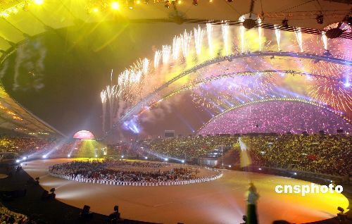 图文:多哈亚运会闭幕式精彩纷呈 体育场流光溢彩