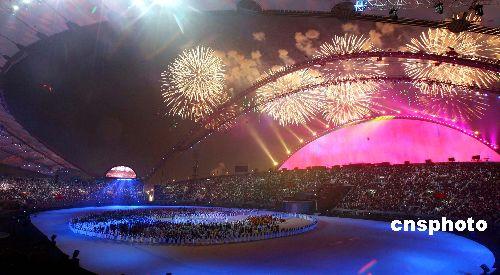 图文:多哈亚运会闭幕式精彩纷呈 灿烂烟花升空