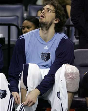 NBA图:老鹰客场胜灰熊 加索尔一脸无奈表情