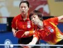 图文:职业乒乓球巡回赛决赛 张怡宁王楠比赛中