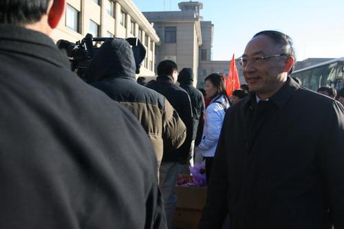 图文:中国亚运代表团抵京 刘鹏率队回京