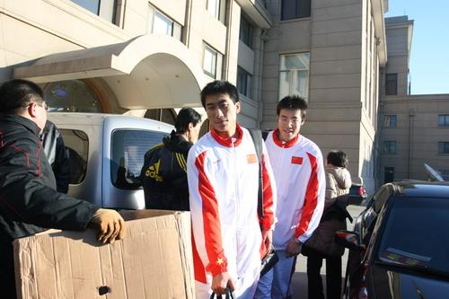 图文:中国亚运代表团抵京 队员走出接机楼