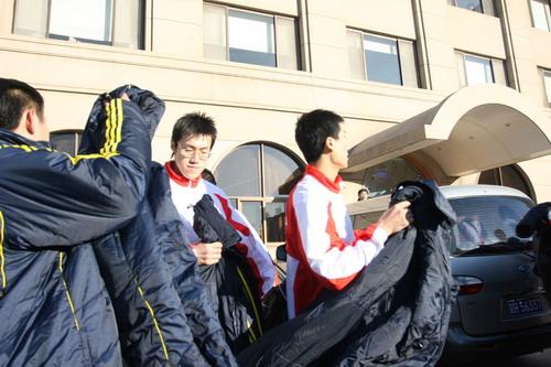 图文:中国亚运代表团抵京 队员穿上大衣