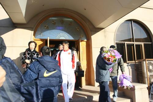 图文:中国亚运代表团抵京 走出停机楼