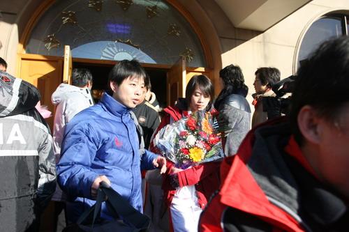 图文:中国亚运代表团抵京 健儿手捧鲜花