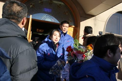 图文:中国亚运代表团抵京 郭晶晶走出停机楼