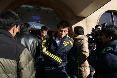 图文:中国亚运代表团抵京 严寒困扰队员