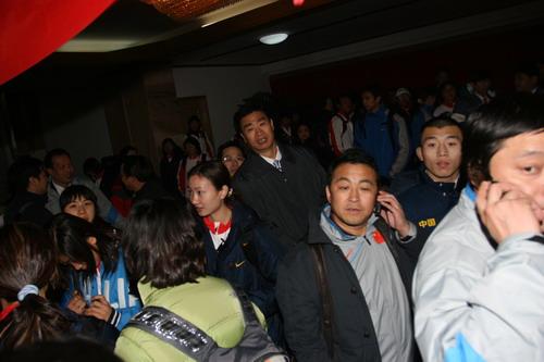 图文:中国亚运代表团抵京 代表团走出停机楼