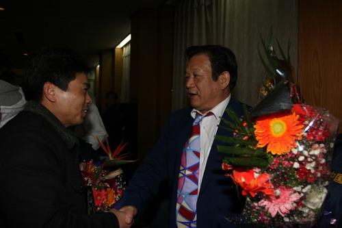 图文:中国亚运代表团抵京 亲切握手