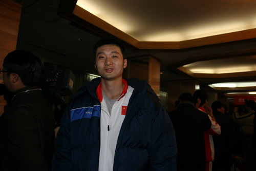 图文:中国亚运代表团抵京 男篮队员刘炜