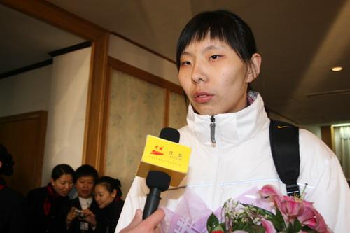 图文:中国亚运代表团抵京 陈楠接受搜狐采访