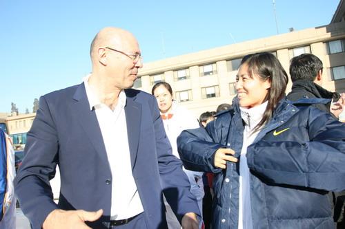 图文:中国亚运代表团抵京 马赫与队员交流