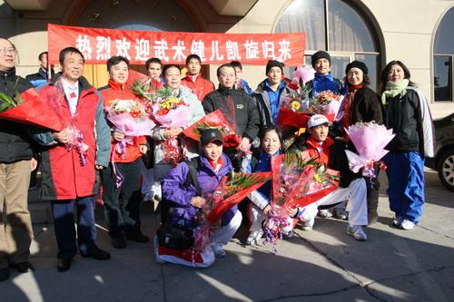 图文:中国亚运代表团抵京 武术队队员合影