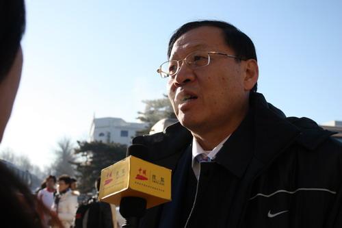 图文:中国亚运代表团抵京 李元伟接受采访