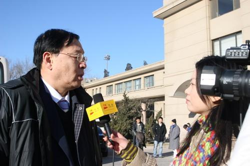 图文:中国亚运代表团抵京 李元伟接受搜狐采访