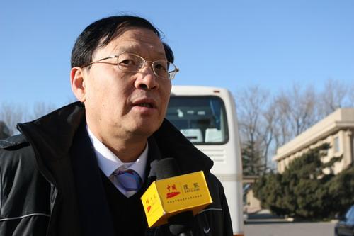 图文:中国亚运代表团抵京 李元伟侃侃而谈