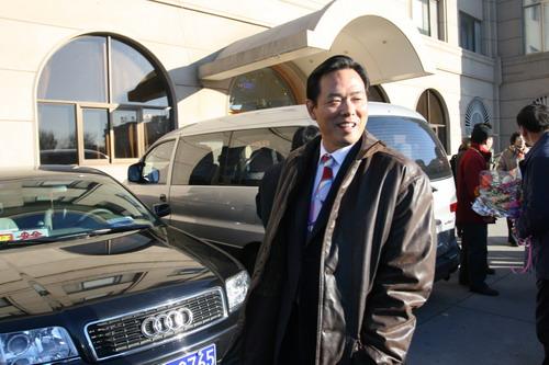 图文:中国亚运代表团抵京 蔡振华走出停机楼