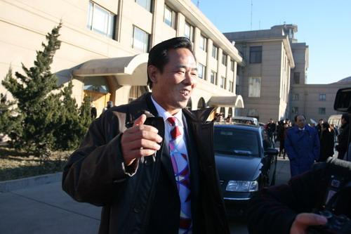 图文:中国亚运代表团抵京 蔡振华接受采访