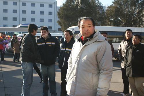 图文:中国亚运代表团抵京 许海峰目光深邃