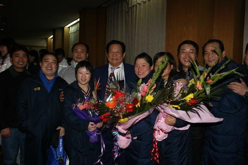 中国亚运代表团荣耀归国 鲜花掌声欢迎归国健儿