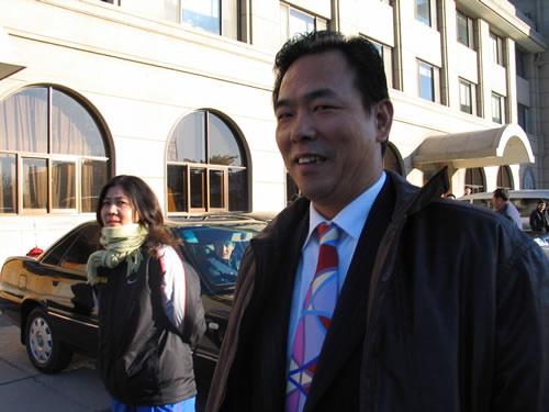 图文:中国亚运代表团返京 副团长蔡振华出机场