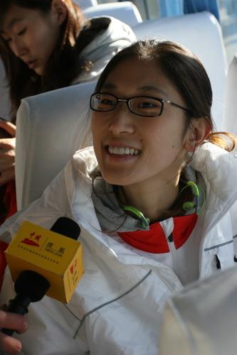 图文:中国亚运代表团抵京 隋菲菲笑靥如花