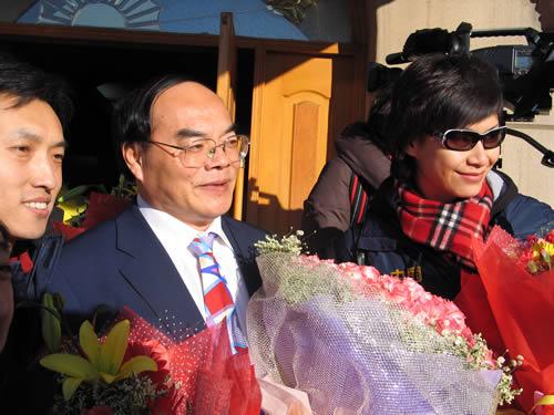 图文:中国亚运代表团抵京 游泳中心李维波(中)