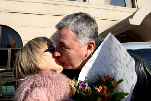 图文:中国亚运代表团抵京 尤纳斯与爱妻热吻
