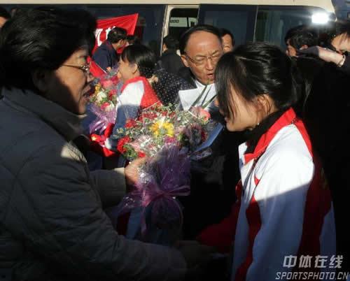 图文:中国亚运代表团抵京 陈至立与郭晶晶握手