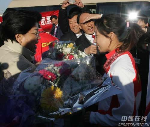 图文:中国亚运代表团抵京 陈至立与郑洁握手