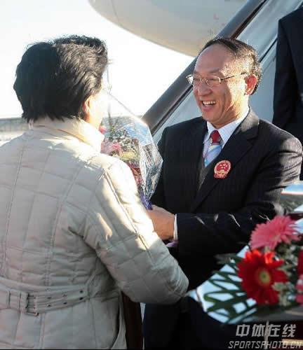 图文:中国亚运代表团抵京 陈至立与刘鹏握手