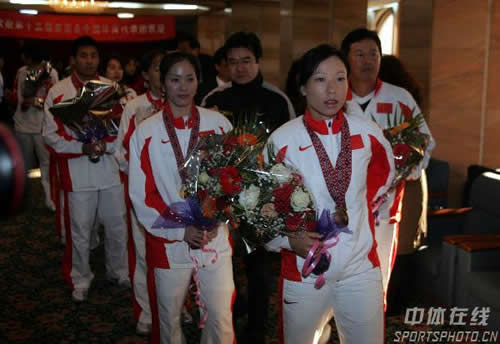图文:中国亚运代表团抵京 郑洁等运动员出机场