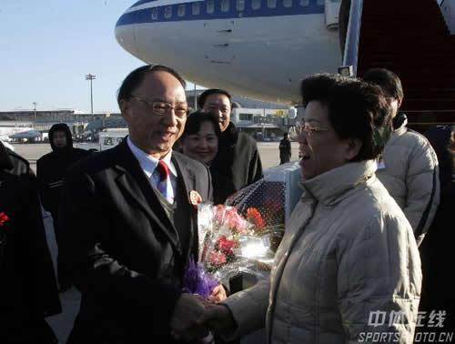 图文:中国亚运代表团抵京 陈至立机场迎接刘鹏