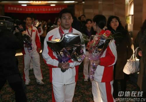 图文:中国亚运代表团抵京 散打冠军马超归来