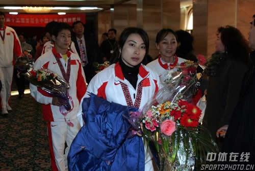图文:中国亚运代表团抵京 跳水冠军郭晶晶归来