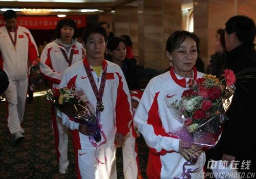 图文:中国亚运代表团抵京 武术教练方坚出机场