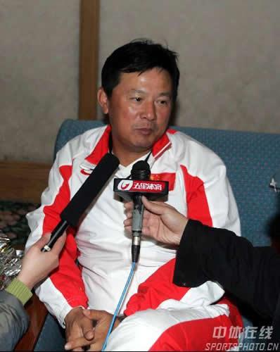 图文:亚运代表团抵京 网球教练蒋宏伟接受采访