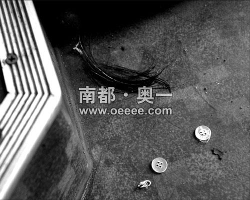 头发 车厢/事主与小偷搏斗时被揪下的头发和纽扣还遗留在车厢内。