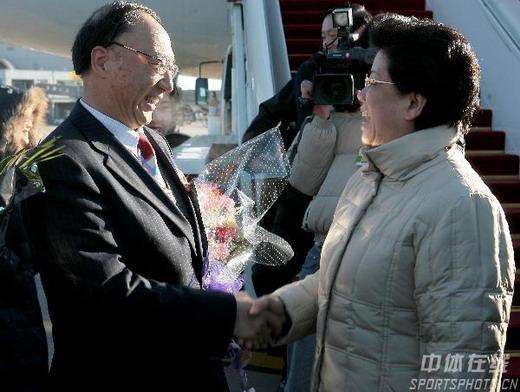 中国代表团凯旋归 刘鹏局长机场总结表扬媒体