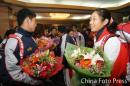图文:中国亚运代表团抵京 孙甜甜(右)在机场