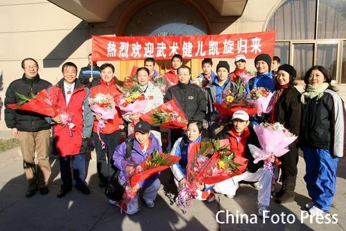 图文:中国亚运代表团抵京 武术队在机场合影