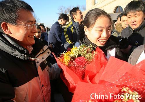 图文:中国亚运代表团抵京 吴敏霞载誉归来