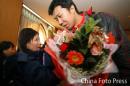 图文:中国亚运代表团抵京 王治郅接受媒体采访