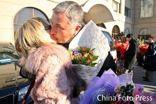 图文:中国亚运代表团抵京 尤纳斯接受亲人热吻