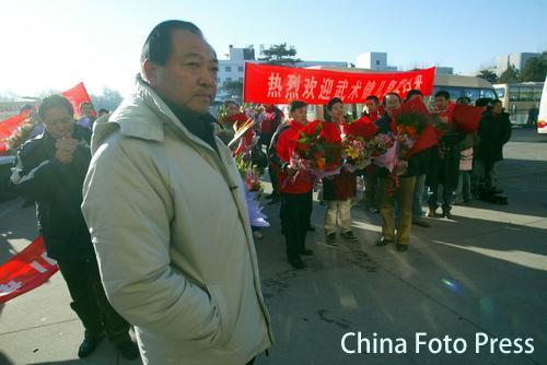 图文:中国亚运代表团抵京 许海峰在机场