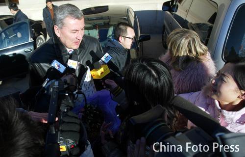图文:中国亚运代表团抵京 尤纳斯接受媒体采访