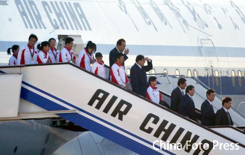 图文:中国亚运会代表团抵京 运动员走下飞机