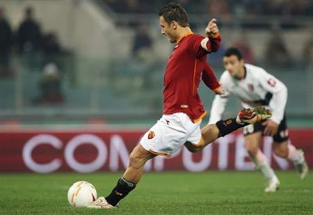 图文:罗马4-0巴勒莫 托蒂的动作非常舒展
