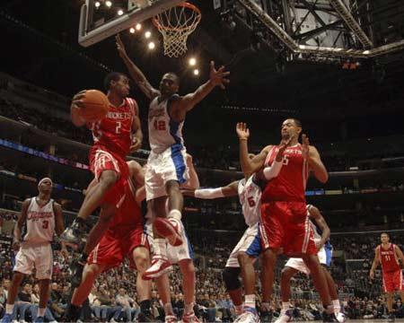 NBA图:火箭客场胜快船 海德回传霍华德
